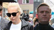 """La moglie di Navalny: """"Non ci fidiamo dell'ospedale, lo dimettano"""". E scrive una lettera a Putin"""