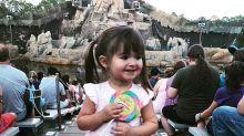 Menina de 2 anos se irrita com falta de comida típica na Disney