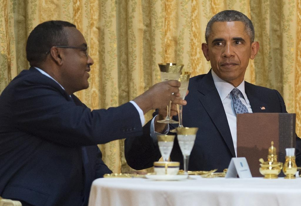 Ethiopian Deputy Prime Minister Demeke Mekonnen (L) toasts US President Barack Obama at a State Dinner at the National Palace in Addis Ababa, Ethiopia, July 27, 2015