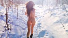 Mulher afirma que correr nua na neve é o segredo para se manter jovem