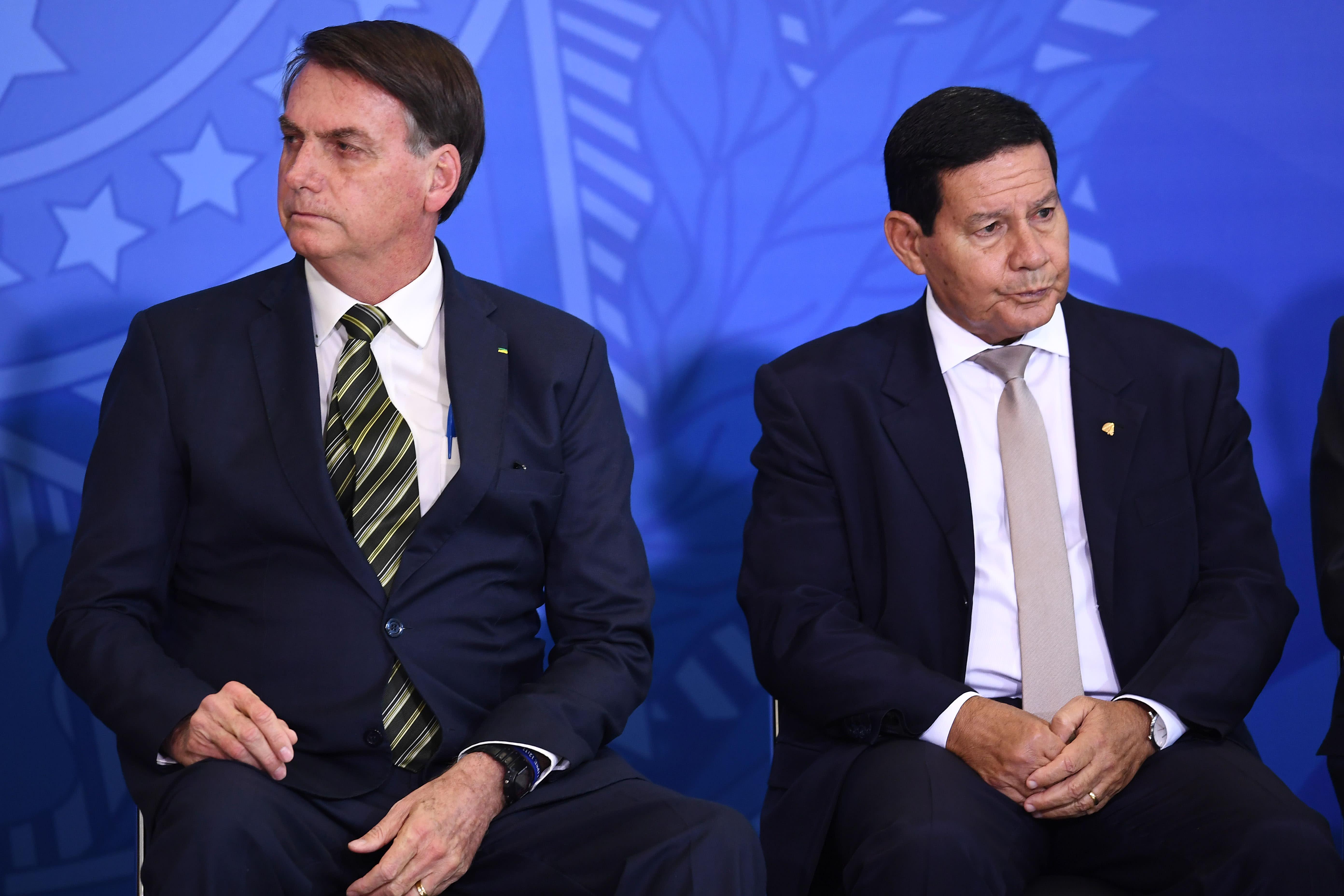 Provas sobre fake news podem cassar chapa Bolsonaro-Mourão no TSE