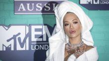 Rita Ora sorgt für Überraschung: Im Bademantel zu den MTV Awards