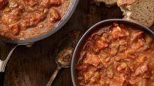 Cyril Lignac partage sa recette des haricots coco à la tomate, saucisses, et nous donne des envies d'hiver
