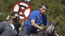 Bolsonaro ganha égua de presente de apoiador em Brasília: 'obrigado pela égua'