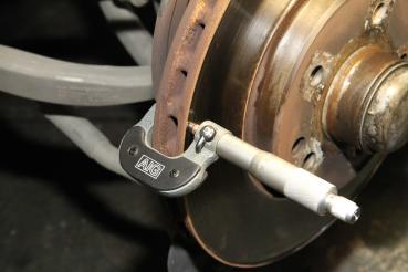 [車輛保養百問] 煞車系統中的煞車來令片、碟盤與煞車油要如何檢查才比較正確呢?