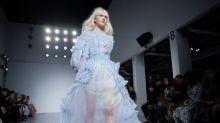 Estilista mostra peças inspiradas em cosmonauta russa na Semana de Moda de Londres