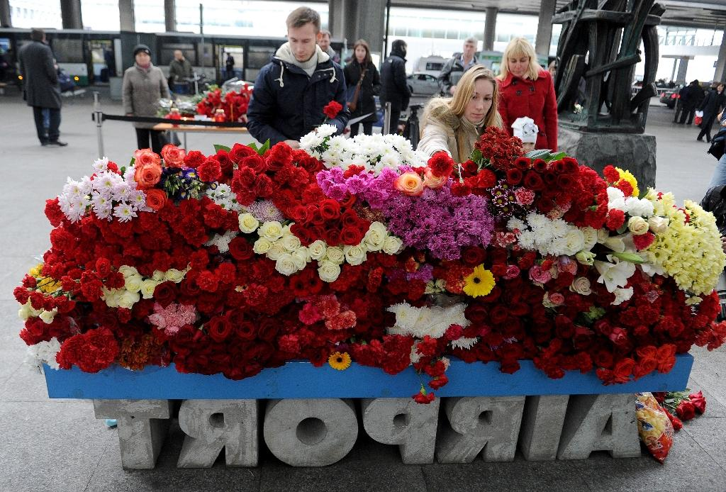 Mourners lay flowers at Pulkovo International Airport outside St. Petersburg on November 1, 2015 as Russia mourned its biggest-ever air disaster, a crash in Egypt that claimed 224 lives (AFP Photo/Olga Maltseva)