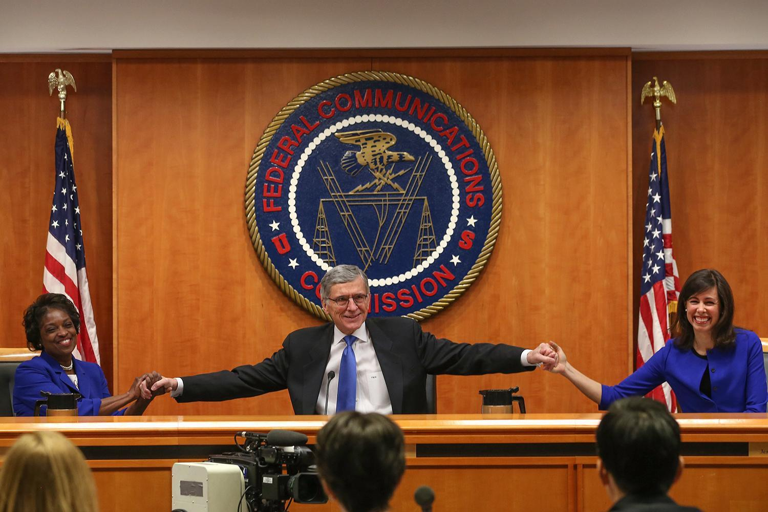 FCC concludes that AT&T and Verizon's policies violate net neutrality