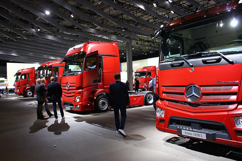 除了Mercedes- Benz Vision Urbanetic外,展場另一側為賓士卡車頭大軍所在地。