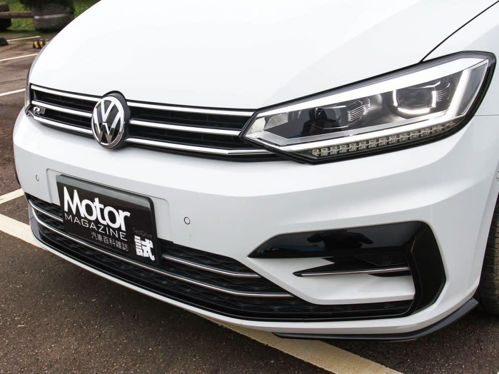 使用三柵式的水箱護罩與頭燈組型成完美弧線,令車頭更有一致性。