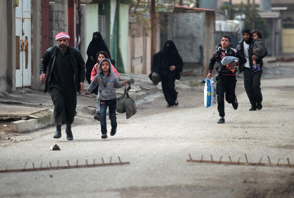 Iraqi civilians flee Mosul's eastern Al-Intisar neighbourhood on December 31, 2016 (AFP Photo/Ahmad Al-Rubaye)