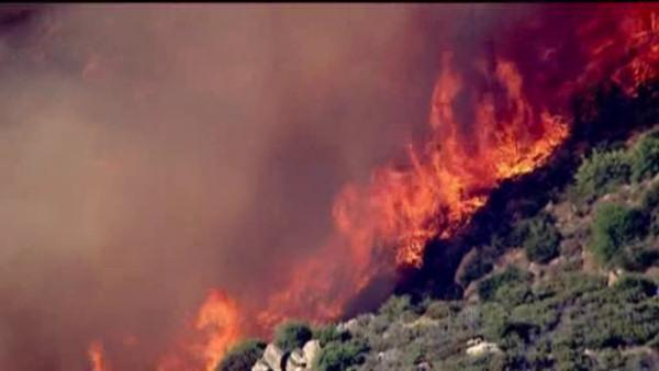 Wildfire clears thousands in California mountain town