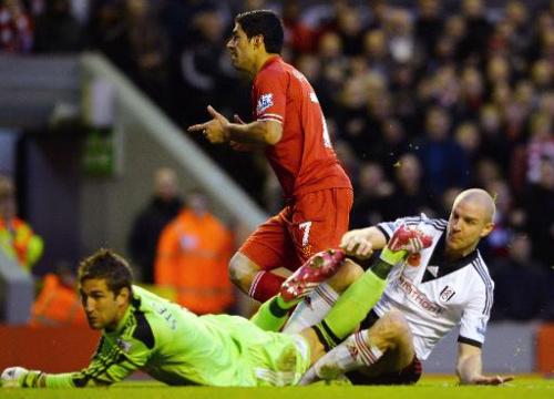 El delantero uruguayo Luis Suárez celebra un gol del Liverpool sobre Fulham, en partido de la Premier League, el 9 de noviembre de 2013 en Liverpool