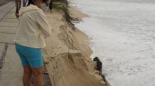 Ressaca destrói parte do calçadão que dava acesso à Praia de Piratininga, em Niterói