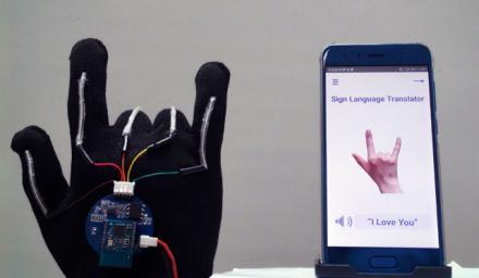 UCLA 科學家造出能準確翻譯 98.63% 美式手語的手套