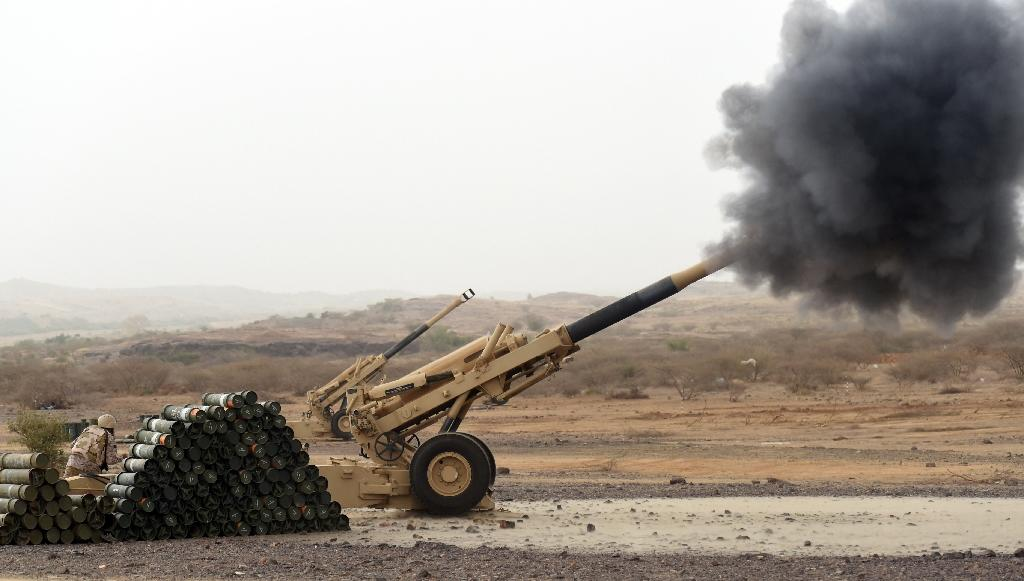 A Saudi army artillery cannon fires shells towards Yemen from a post close to the Saudi-Yemeni border, in southwestern Saudi Arabia, on April 13, 2015 (AFP Photo/Fayez Nureldine)