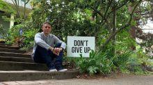 """Un padre coloca carteles que dicen """"No te rindas"""" en la ciudad para reducir las tasas de suicidio: """"Nunca sabes quién está luchando"""""""