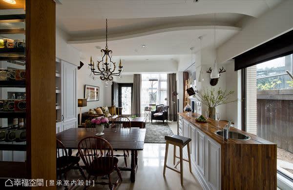 客廳、餐廳和吧台區是串連在一起的,沒有隔牆,也沒有拉門,讓光自由灑落,讓風自在出入。