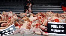 Activistas simulan en Callao animales desollados contra la industria peletera