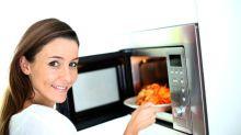 Los alimentos que no deberías recalentar en el microondas