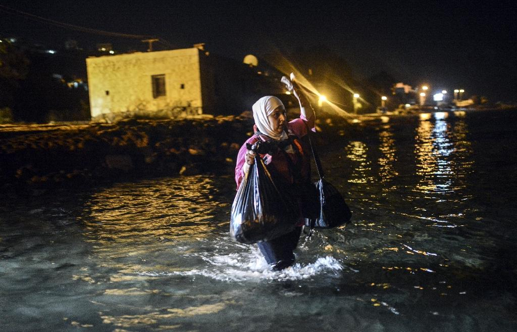 A migrant walks to a boat to reach the Greek island of Kos on early August 18, 2015 off the shore of Bodrum, southwest Turkey (AFP Photo/Bulent Kilic)
