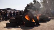 不滿日產汽車關廠 巴塞隆納員工燒車輪抗議