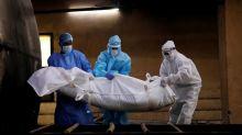 Muertes por COVID-19 en todo el mundo superan las 900.000 en medio de alza de casos en India
