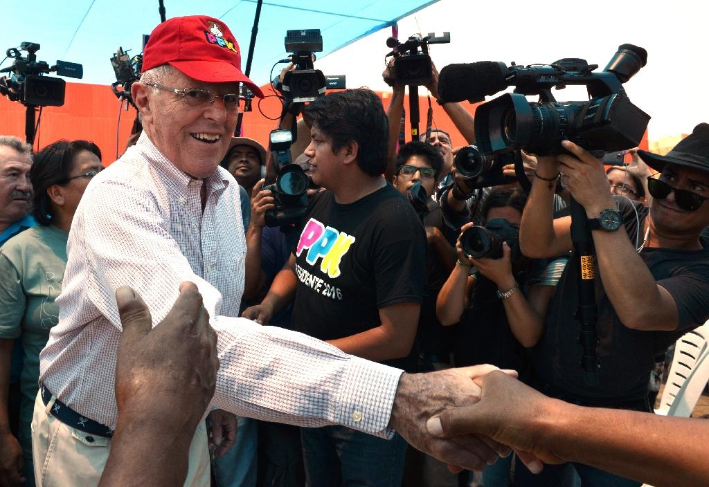 """Peruvian presidential candidate for """"Peruanos por el Kambio"""" (Peruvians for Change-PPK), Pedro Pablo Kuczynski, campaigns in the semi-rural outskirts of northern Lima (AFP Photo/Cris Bouroncle)"""