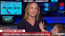 El hijo de una reportera de NBC la interrumpe durante una transmisión en vivo y todos lo adoran