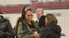 Rihanna luce muy casual en jeans rotos y presume sus rastas