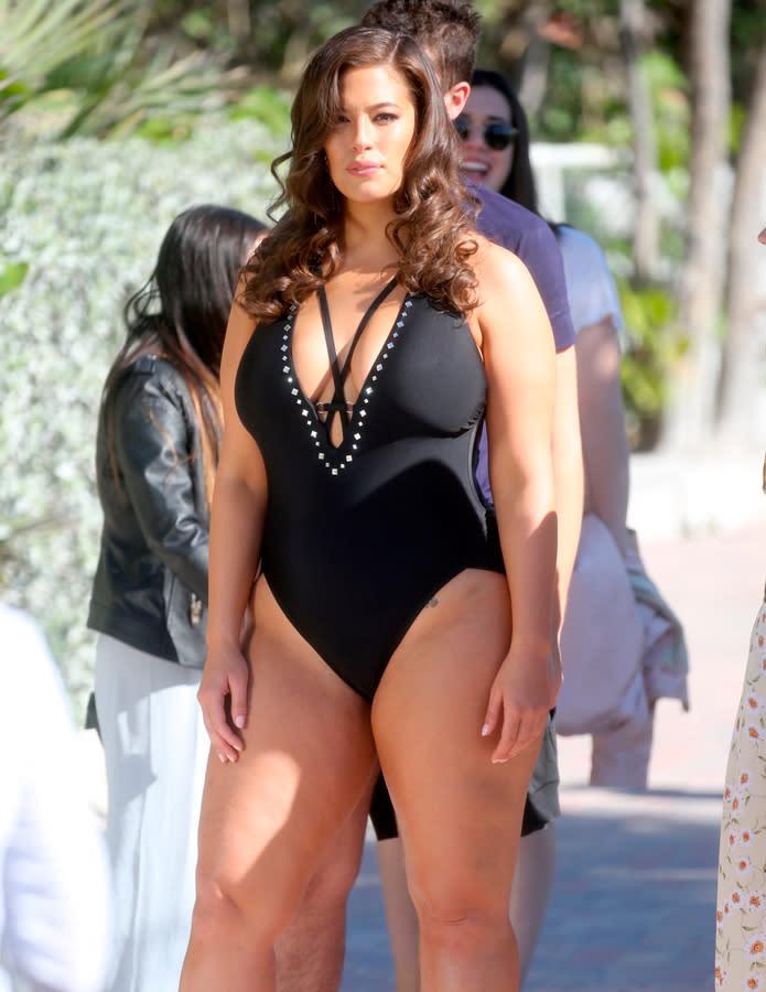 26384b4875c1 Ashley Graham presume de curvas con el bañador más sexy del próximo ...