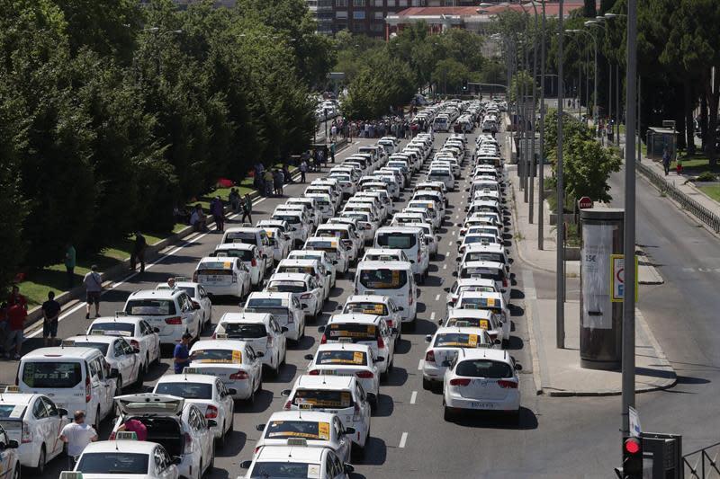 Resultado de imagen de Los taxistas ocupan el Paseo de la Castellana para protestar ante Fomento