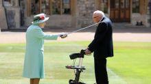 La reine Elizabeth sort de confinement pour anoblir un ancien combattant centenaire