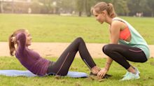 """Neuster Fitnesstrend: Beim """"Friendweight""""-Training wird die beste Freundin zur Hantel"""