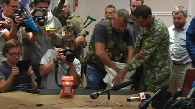 MH17 black boxes handed over