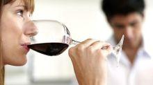 Você sabia que o vinho fica mais doce quando é bebido sob uma luz vermelha?