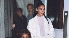 Kim Kardashian é detonada por deixar a filha se maquiar