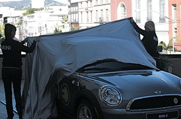 MINI E 'unboxed' in LA to the delight of car nerds, your mom