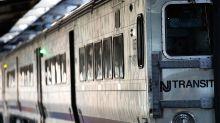 Zug rast mit offener Tür durch New Jersey
