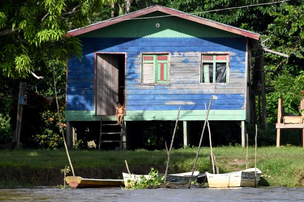 A house built on the bank of Solimoes River near Tefe, Amazonas State, northern Brazil (AFP Photo/EVARISTO SA)