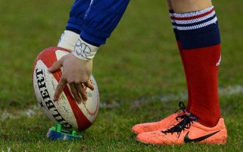 Un jugador de rugby coloca la pelota durante un partido en Clowyn Bay (Reino Unido), el 22 de febrero de 2014