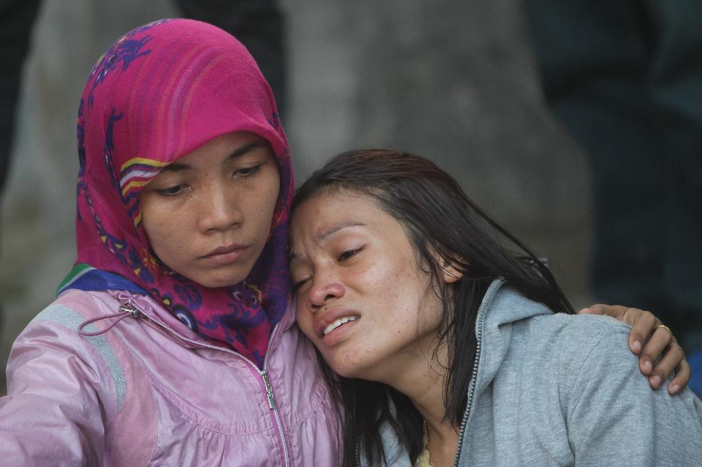 Relatives of victims grieve outside the Adam Malik Hospital following the Indonesian Air Force C-130 Hercules aircraft crash in Medan on June 30, 2015 (AFP Photo/Atar)