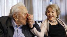 La historia de amor de Kirk Douglas y Anne Buydens, casi 70 años juntos contra viento y marea