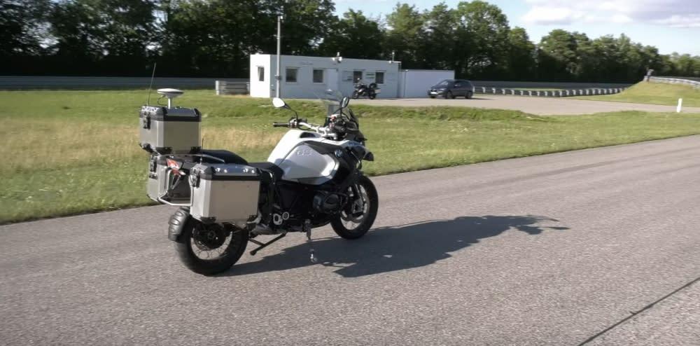 經改造過的BMW R 1200GS,機車後面3個鋁箱裡裝的就是自動駕駛系統,起步後直線加速沒多久,辨識到過彎後便流暢通過(圖片來源:BMW Motorrad)