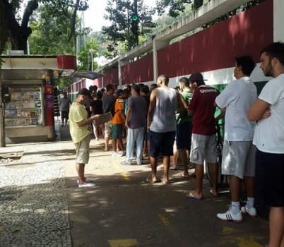 Tricolores fazem fila por ingresso nas Laranjeiras; quase 10 mil vendidos