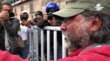 Hombre increpa a feminista durante marcha por los 43 de Ayotzinapa