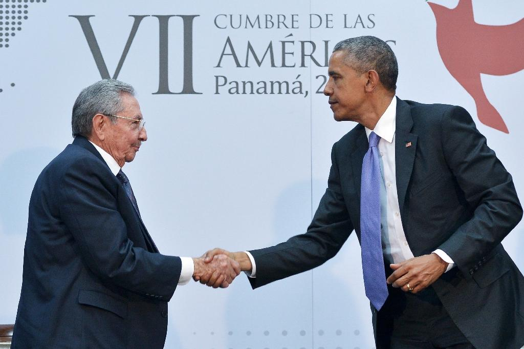 US President Barack Obama shakes hands with Cuba's President Raul Castro on the sidelines of the Summit of the Americas in Panama City, on April 11, 2015 (AFP Photo/Mandel Ngan)