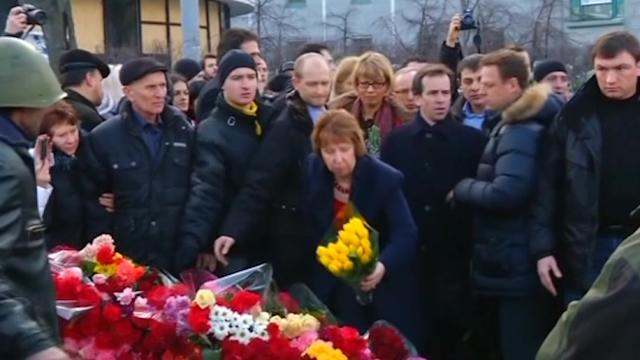 Ashton places flowers at Kiev memorial
