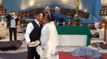 Mexicana se casa con un hondureño en medio de la caravana migrante