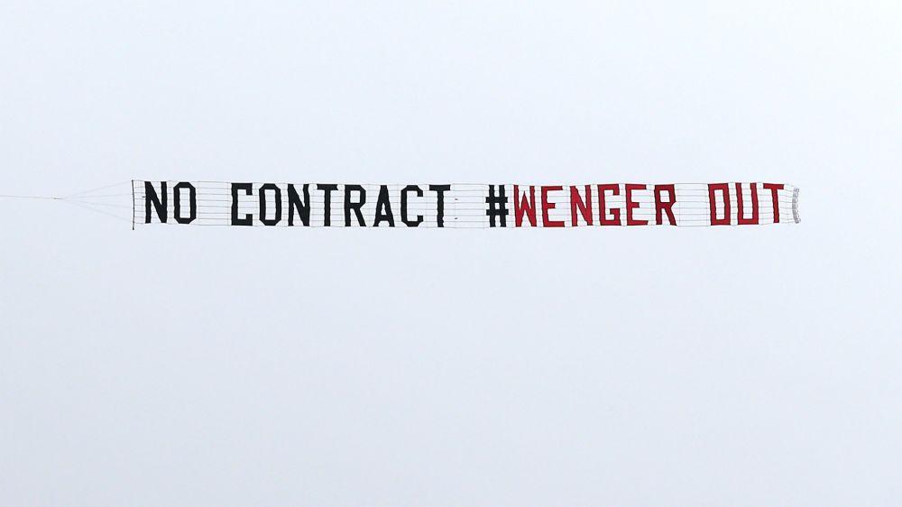 'Guerra' de mensajes en avioneta sobre la continuidad de Wenger en el Arsenal